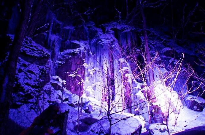 奥入瀬渓流の氷柱や氷瀑など、冬ならではの自然美を鑑賞する「奥入瀬渓流氷瀑ツアー」がスタートします。