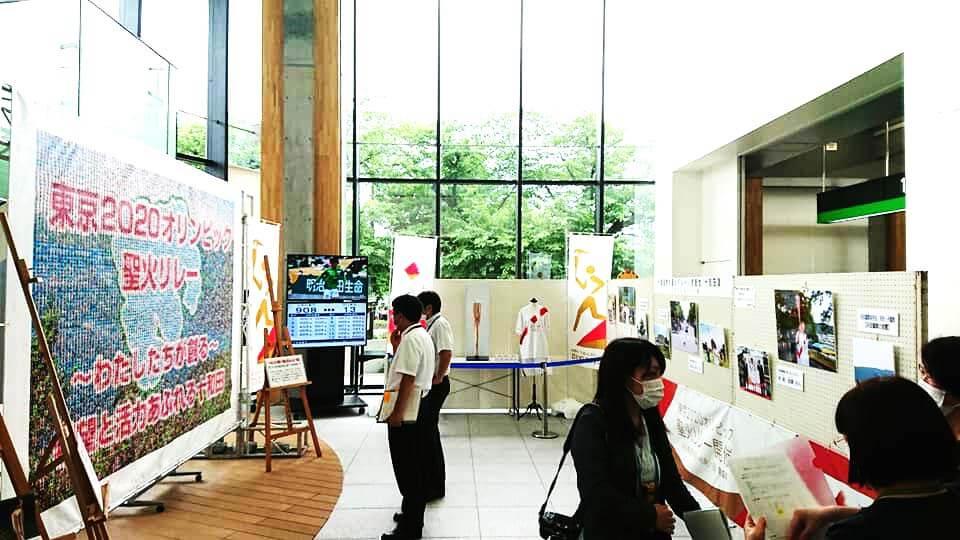 十和田市役所でオリンピック聖火リレー記念展示開催